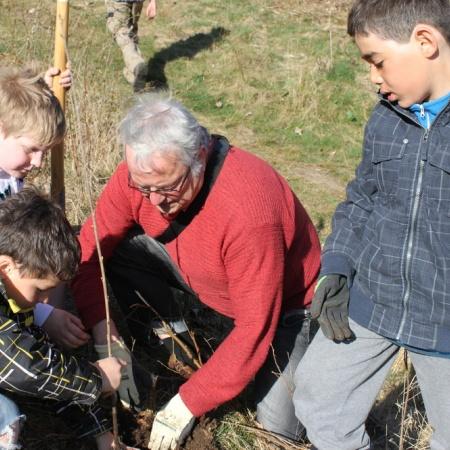 Baumpflanzaktion mit Grundschulkindern