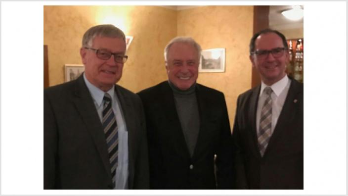 Regierungspräsident Dr. Christoph Ullrich ( rechts) und Fraktionsvorsitzender Martin Richard (links) bei der Verabschiedung des langjährigen Vorsitzenden der CDU-Fraktion der Regionalversammlung Mittelhessen, Landrat a.D. Robert Fischbach.